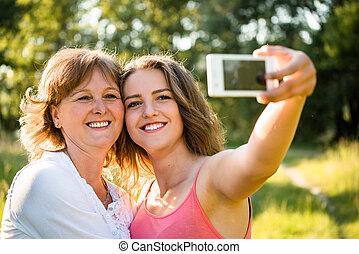 personne agee, fille, selfie, mère