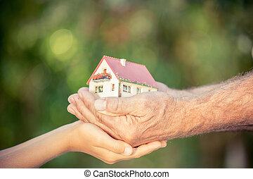 personne agee, fond, vert, contre, tenue, printemps, mains, homme, enfant, maison