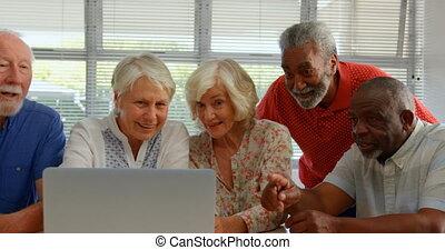 personne agee, gens, ordinateur portable, maison, mélangé-race, actif, vue, utilisation, soins, 4k, devant