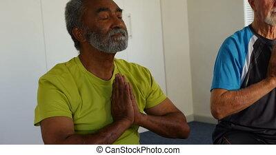 personne agee, gens, yoga, mélangé-race, actif, vue, 4k, exécuter, fitness, devant, studio