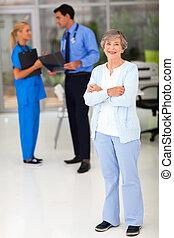 personne agee, hôpital, femme souriant