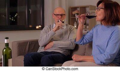personne agee, heureux, vin, couple, boire, maison, rouges