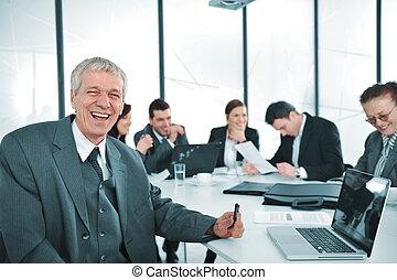 personne agee, homme affaires, à, a, meeting., groupe, de, collègues, dans, les, fond