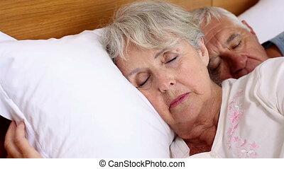 personne agee, lit, couple, dormir