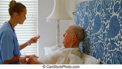 personne agee, maison, médicament, vue côté, docteur féminin, caucasien, homme, 4k, lit, discuter, jeune