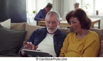 personne agee, maison quartier, utilisation, club., tablette, couple
