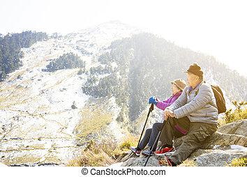 personne agee, montagne, couple, asiatique, randonnée