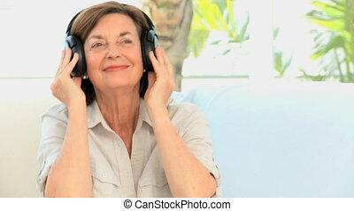 personne agee, musique, femme, écoute