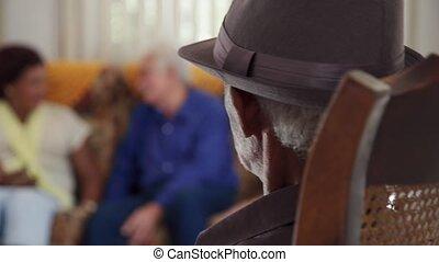 personne agee, noir, à, chapeau, regarder appareil-photo, dans, hospice
