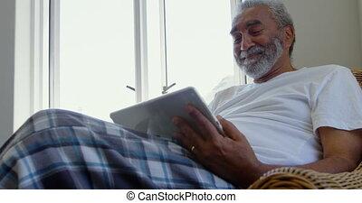 personne agee, noir, maison, numérique, vue, divan, confortable, utilisation, tablette, homme, 4k, devant, séance