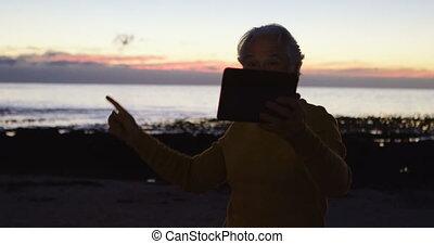 personne agee, numérique, utilisation, tablette, homme, plage, 4k