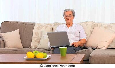 personne agee, ordinateur portable, femme, elle, fonctionnement