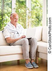 personne agee, ordinateur portable, homme