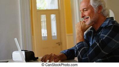 personne agee, ordinateur portable, maison, utilisation, homme, 4k