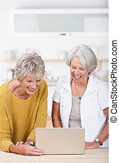 personne agee, ordinateur portable, partage, deux, femme
