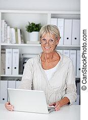 personne agee, ordinateur portable, sourire