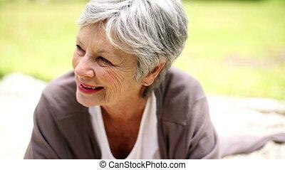 personne agee, parc, délassant, femme, heureux