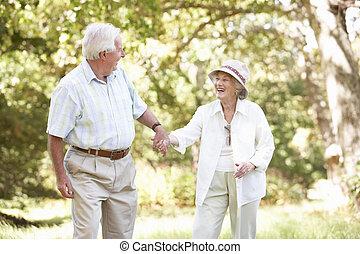 personne agee, parc, marche couples