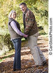 personne agee, pays boisé, couple, promenade
