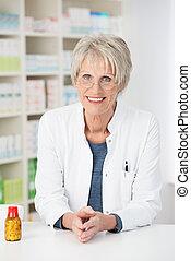 personne agee, pharmacien, femme