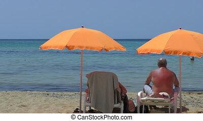 personne agee, plage, couple, parapluies, sous