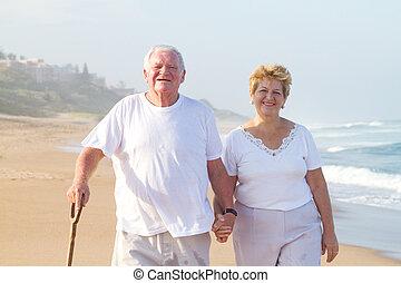 personne agee, plage, marche couples