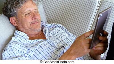 personne agee, porche, numérique, sofa, mensonge, tablette, homme, 4k