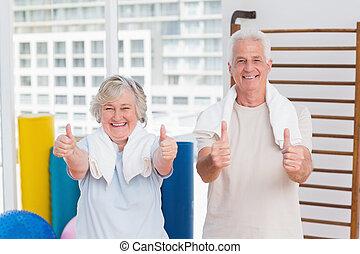 personne agee, pouces, couple, gymnase, haut, faire gestes