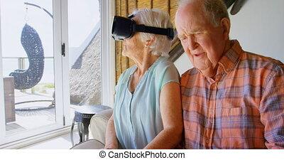 personne agee, réalité, casque à écouteurs, vue, virtuel, utilisation, sofa, caucasien, emplacement, femme homme, devant