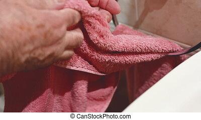 personne agee, sécher, rose, homme, towel., mains