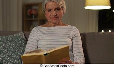 personne agee, soir, maison, femme, livre, heureux, lecture