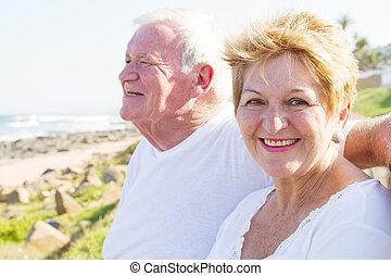 personne agee, sourire, plage, couple
