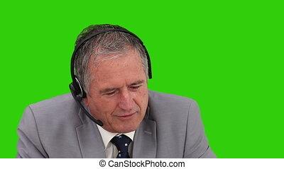 personne agee, sur, casque à écouteurs, homme affaires, parler
