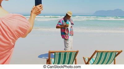 personne agee, téléphone, actif, africaine, mobile, vue, arrière, photo, américain, homme, 4k, femme, prendre, plage