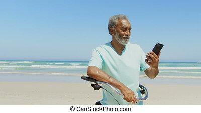 personne agee, téléphone, actif, mobile, africaine, vue, américain, selfie, homme, plage, prendre, devant, 4k