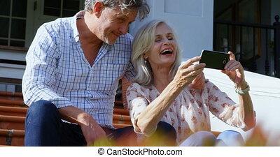 personne agee, téléphone, couple, étape, mobile, porche, utilisation, 4k