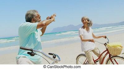 personne agee, téléphone, homme, côté, africaine, actif, vue, mobile, américain, photo, plage, femme, prendre, 4k