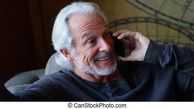personne agee, téléphone maison, mobile, conversation, homme, 4k