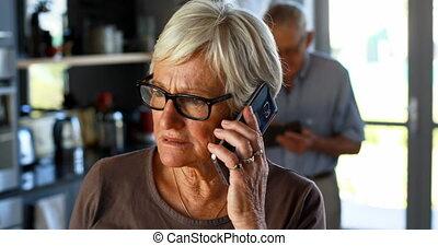 personne agee, téléphone, mobile, conversation, 4k, femme
