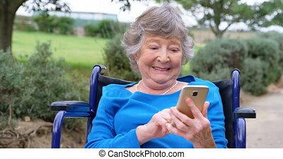 personne agee, téléphone, mobile, fauteuil roulant, utilisation, 4k, femme