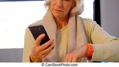 personne agee, téléphone, mobile, utilisation, femmes, smartwatch, 4k