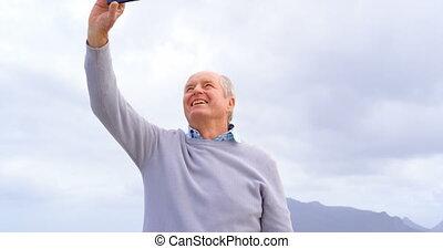 personne agee, téléphone, mobile, vue, caucasien, vieux, selfie, homme, plage, prendre, devant, 4k