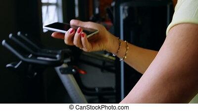 personne agee, téléphone, pendant, mobile, conversation, exercice, 4k, femme, fitness, studio