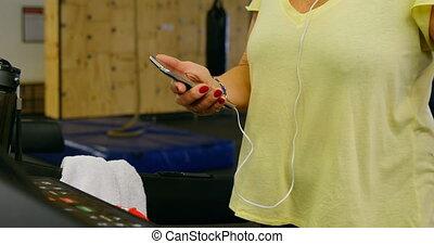 personne agee, téléphone, pendant, mobile, exercice, utilisation, 4k, femme, fitness, studio