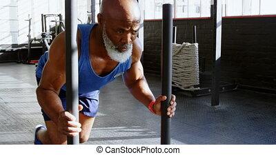 personne agee, traîneau, poids, homme, 4k, pousser, fitness, studio