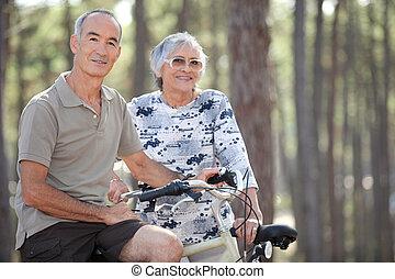 personne agee, vélo, couple