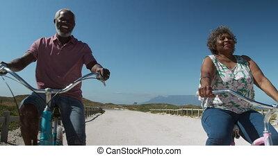 personne agee, vélos, couple, plage