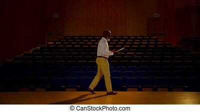 personne agee, vide, africaine, pratiquer, auditorium, américain, homme affaires, 4k, parole