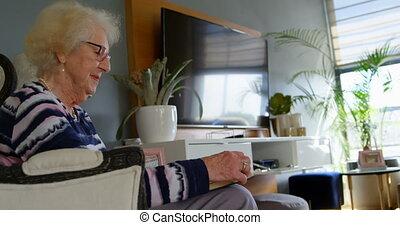 personne agee, vivant, livre lecture, 4k, femme, salle