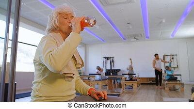 personne agee, yoga, centre, eau, 4k, femme, boire